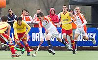 AERDENHOUT - 09-04-2012 - Daniel Aarts aan de bal , maandag tijdens de finale tussen Nederland Jongens B en Spanje Jongens B  (3-1) , tijdens het Volvo 4-Nations Tournament op de velden van Rood-Wit in Aerdenhout. rechts Jens Sauer.  Jongens U16 wordt kampioen.FOTO KOEN SUYK