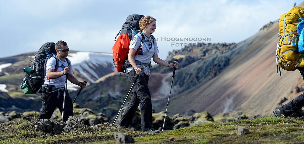 06-07-2014 NED: Iceland Diabetes Challenge dag 2, Landmannalaugar <br /> Trek van Landmannalaugar naar Hrafntinnusker. Een prachtige trekking door de hooggebergte van Landmannalaugar met veel kleuren, sneeuw, gletsjers en zwarte landschappen / Nick, Debbie