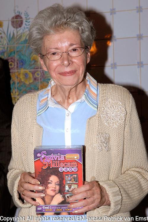 DVD Presentatie Sylvia Millecam in Hotel American, Amsterdam. Op de foto: Leny Millecam (moeder van Sylvia Millecam )