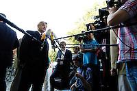 29 AUG 2005, BERLIN/GERMANY:<br /> Joschka Fischer, B90/Gruene, Bundesaussenminister, gibt wartenden Journalisten ein Statement, vor Beginn einer gemeinsamen Sitzung von Bundesvorstand und Parteirat von Buendnis 90 / Die Gruenen, Bundesgeschaeftsstelle<br /> IMAGE: 20050829-01-006<br /> KEYWORDS: Bündnis 90 / Die Grünen, Kamera, Camera, Mikrofon, microphone, Journalist