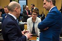 DEU, Deutschland, Germany, Berlin, 02.02.2018: Hamburgs Bürgermeister Olaf Scholz (SPD), die saarländische Ministerpräsidentin Annegret Kramp-Karrenbauer (CDU) und Sachsens Wirtschaftsminister Martin Dulig (SPD) im Gespräch vor einer Sitzung im Bundesrat.