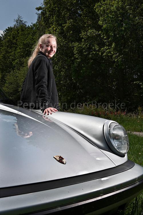 hoogezand. 29/6/2009. Irene van Wijngaarden Lindhout met de porsche van haar baas. foto: Pepijn van den Broeke