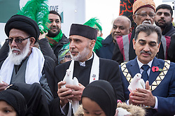 © Licensed to London News Pictures. 04/11/2018. LONDON, UK. Faith leaders each hold a white dove ahead of a multi-faith release of white doves for world peace, as hundreds of members of the Muslim community gather by Marble Arch to take part in the Arbaeen Procession.   Photo credit: Stephen Chung/LNP