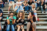 Roma 6 Ottobre 2012.Sabato pomeriggio  sulla scalinata di Trinita dei Monti molte persone consumavano panini e gelati malgrado l'ordinanza del sindaco Gianni Alemanno che vieta il  bivacco e il consumo di panini o bevande,