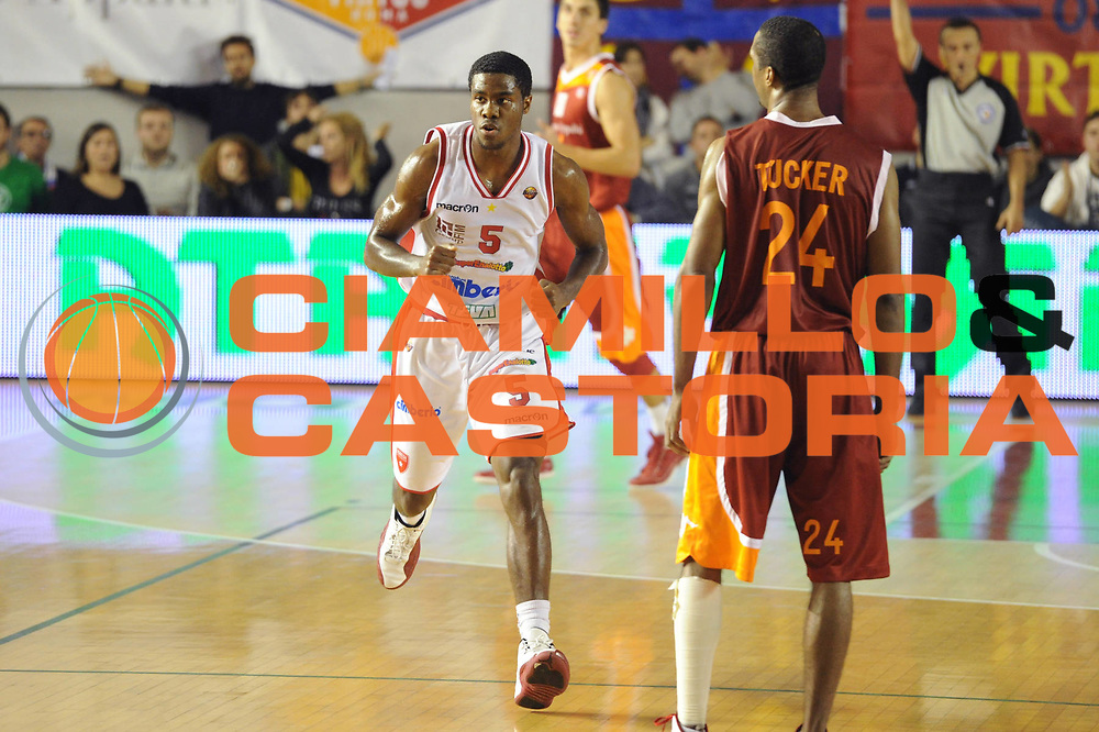DESCRIZIONE : Roma Lega A 2011-12 Virtus Roma Cimberio Varese<br /> GIOCATORE : Justin Hurtt<br /> CATEGORIA : esultanza<br /> SQUADRA : Cimberio Varese<br /> EVENTO : Campionato Lega A 2011-2012<br /> GARA : Virtus Roma Cimberio Varese<br /> DATA : 30/10/2011<br /> SPORT : Pallacanestro<br /> AUTORE : Agenzia Ciamillo-Castoria/GiulioCiamillo<br /> Galleria : Lega Basket A 2011-2012<br /> Fotonotizia : Roma Lega A 2011-12 Virtus Roma Cimberio Varese<br /> Predefinita :