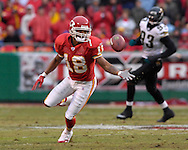Kansas City Chiefs wide receiver Samie Parker (18) bobbles a pass in the first quarter against Jacksonville at Arrowhead Stadium in Kansas City, Missouri, December 31, 2006.  The Chiefs beat the Jaguars 35-30.<br />