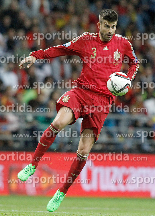 05.09.2015, Stadio Nuevo Carlos Tartiere, Oviedo, ESP, UEFA Euro 2016 Qualifikation, Spanien vs Slowakei, Gruppe C, im Bild Spain's Gerard Pique // during the UEFA EURO 2016 qualifier Group C match between Spain and Slovakia at the Stadio Nuevo Carlos Tartiere in Oviedo, Spain on 2015/09/05. EXPA Pictures &copy; 2015, PhotoCredit: EXPA/ Alterphotos/ Acero<br /> <br /> *****ATTENTION - OUT of ESP, SUI*****