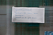 Nederland, Nijmegen, 13-6-2013De bewoner van dit huis heeft een briefje op het raam gehangen met de mededeling dat de glazenwasser de ruiten niet meer hoeft te zemen vanwege de noodzaak tot bezuinigen.Foto: Flip Franssen/Hollandse Hoogte