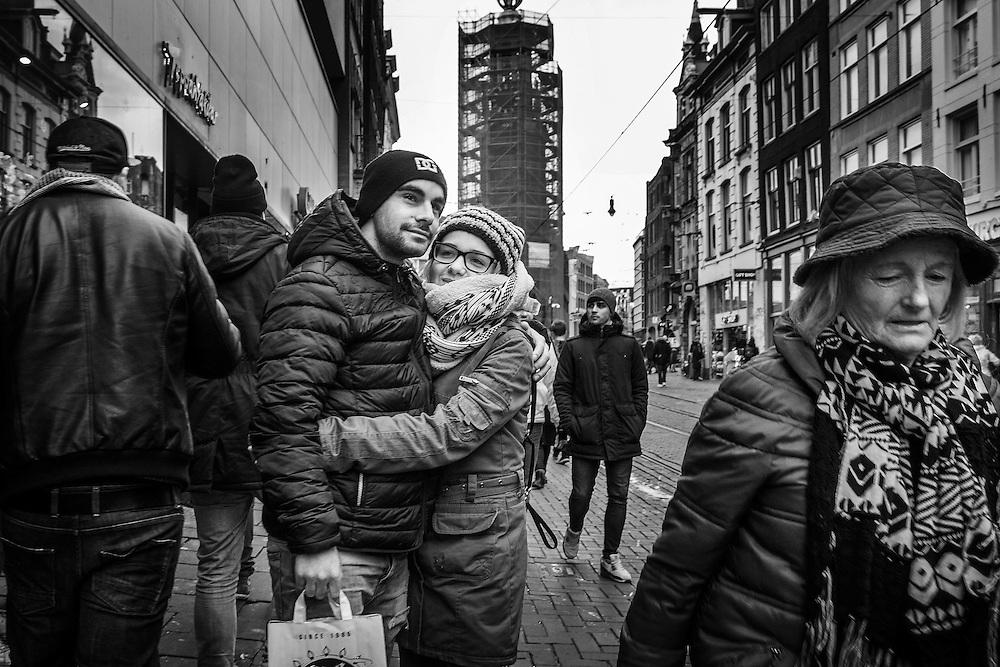 Nederland, Amsterdam, 3 jan 2016<br /> Stel houdt elkaar vast in de Reguliersbreestraat. <br /> Amsterdam stad van de liefde.<br /> Foto: (c) Michiel Wijnbergh