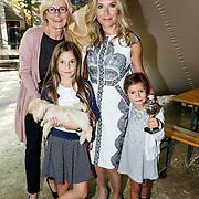 NLD/Amsterdam/20150909 - Uitreiking Mamma of The Year Awards, Elle van Rijn met haar moeder en dochter