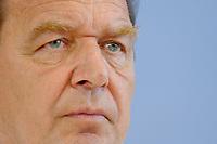 13 AUG 2003, BERLIN/GERMANY:<br /> Gerhard Schroeder, SPD, Bundeskanzler, Pressekonferenz zu den Beschluessen der vorangegangenen K abinettsitzung, Bundespressekonferenz<br /> IMAGE: 20030813-02-016<br /> KEYWORDS: Gerhard Schröder, BPK