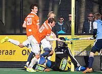 BLOEMENDAAL - HOCKEY - Het lukt Roel Bovendeert  van Bloemendaal niet te scoren  tijdens de hoofdklasse competitie wedstrijd tussen de mannen van Bloemendaal en Hurley (1-1) . links Jord Beekmans en Tim Jenniskens   en rechts  Tjerk van Diten en op de grond Hurley keeper Daan Wisselink . COPYRIGHT KOEN SUYK