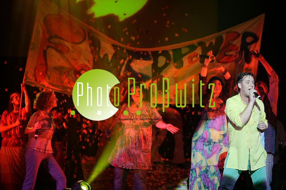 Mannheim. Passend zum 40-j&permil;hrigen Woodstock-Jubil&permil;um dieses Jahr, pr&permil;sentiert das Capitol Mannheim seine neue und frische Eigenproduktion. &Ntilde;Here Comes The Sun&igrave; feiert am Dienstag, 22. September, seine offizielle Premiere und sorgt dabei f&cedil;r sommerliche Flower-Power-Stimmung auf der B&cedil;hne. Denn: Das Capitol Ensemble nimmt die Besucher mit auf eine Reise zu den Blumenkindern. &Ntilde;Love. Peace. Happyness.&igrave; heiflt es bei Ausschnitten aus dem Musical Hair, mit Songs von Donovan und Cat Stevens und vielen anderen K&cedil;nstlern aus der Zeit, als man Blumen im Haar trug und freie Liebe propagierte. Flower-Power ist dabei aber nicht nur eine Musikrichtung, es ist mehr: Mode, Lifestyle und Lebenseinstellung. Und genau die bringen wir mit einer begeisternden Live-Band, ausgezeichneten S&permil;ngerinnen und S&permil;ngern sowie einem eigenen Tanzensemble zur&cedil;ck auf die B&cedil;hne. Genauso wie die gute Laune - gegen das allgegenw&permil;rtige Gerede von der Krise. Tr&cedil;bsal, Tristesse und Tatenlosigkeit geraten f&cedil;r ein paar Momente in Vergessenheit und die &fnof;ra, in der die friedensbewegten Hippies gegen den Vietnamkrieg rebellierten und gemeinsam zum legend&permil;ren Woodstock Festival pilgerten, wird ganz real. Der Sound der Flower-Power-Generation reiflt einfach mit und man wird garantiert fast jeden Song mitsingen k&circ;nnen. Das hat auch die Stadt Mannheim &cedil;berzeugt, die &Ntilde;Here Comes The Sun&igrave; als Sponsor unterst&cedil;tzt.<br /> <br /> <br /> Bild: Markus Proflwitz / masterpress /  <br /> <br /> ++++ Archivbilder und weitere Motive finden Sie auch in unserem OnlineArchiv. www.masterpress.org oder &cedil;ber das Metropolregion Rhein-Neckar Bildportal   ++++ *** Local Caption *** masterpress Mannheim - Pressefotoagentur<br /> Markus Proflwitz<br /> C8, 12-13<br /> 68159 MANNHEIM<br /> +49 621 33 93 93 60<br /> info@masterpress.org<br /> Dresdner Bank<br /> BLZ 67080050 / KTO 0