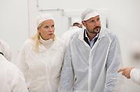 OPPEGÅRD, 20150915:  Kronprinsparets fylkestur i Akershus hvor Kronprins Haakon og Kronprinsesse Mette-Marit besøker Oppegård. Her er de hos bedriften Kulinaris hvor det ble demonstrert iskremproduksjon. FOTO: TOM HANSEN