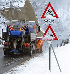 """THEMENBILD - Warnschilder """"Schleudergefahr bei Schnee und Regen"""" und """"Wildwechsel"""", aufgenommen am 02. April 2015, Viehhofen, Österreich // Warning signs """"risk of skidding on snow and rain"""" and """"deer crossing"""", Viehhofen, Austria on 2015/04/02. EXPA Pictures © 2015, PhotoCredit: EXPA/ JFK"""