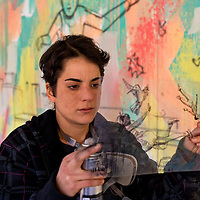 Alice Pasquini dipinge un murales per la Caritas Roma