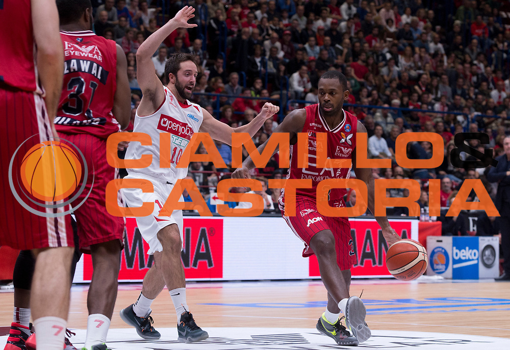 DESCRIZIONE : Milano Lega A 2015-16 EA7 Emporio Armani Olimpia Milano - Openjobmetis Varese<br /> GIOCATORE : Oliver Lafayette<br /> CATEGORIA : palleggio<br /> SQUADRA : EA7 Emporio Armani Olimpia Milano<br /> EVENTO : Campionato Lega A 2015-2016 GARA : EA7 Emporio Armani Olimpia Milano - Openjobmetis Varese <br /> DATA : 11/10/2015 <br /> SPORT : Pallacanestro <br /> AUTORE : Agenzia Ciamillo-Castoria/R.Morgano<br /> Galleria : Lega Basket A 2015-2016 Fotonotizia : Milano Lega A 2015-16 EA7 Emporio Armani Olimpia Milano - Openjobmetis Varese