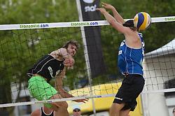 17-07-2014 NED: FIVB Grand Slam Beach Volleybal, Apeldoorn<br /> Poule fase groep A mannen - Steven van de Velde (2) NED, Ben Saxton (2) CAN