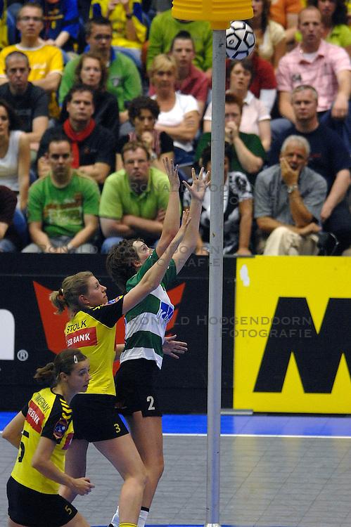 14-04-2007 KORFBAL: DALTO DSB BANK - NIC GRONINGEN: ROTTERDAM<br /> De wedstrijd om de 3e en 4e plaats in de Zonnetour.nl Korfbal Leaguefinale was zinderend. Met een golden goal won Nic  met 27-26 / Simone Timmerman, Kinda Stolk en Annelies Schuitema<br /> &copy;2007-WWW.FOTOHOOGENDOORN.NL