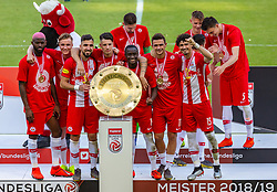26.05.2019, Red Bull Arena, Salzburg, AUT, 1. FBL, FC Red Bull Salzburg Meisterfeier, im Bild Spieler (unter anderem im Bild v.l. Munas Dabbur (FC Red Bull Salzburg), Diadie Samassekou (FC Red Bull Salzburg), Smail Prevljak (FC Red Bull Salzburg), Andre Ramalho (FC Red Bull Salzburg)) des FC Red Bull Salzburg mit der Meisterschale des österreichischen Bundesliga // during the Austrian Football Bundesliga Championsship Celebration at the Red Bull Arena in Salzburg, Austria on 2019/05/26. EXPA Pictures © 2019, PhotoCredit: EXPA/ Stefanie Oberhauser