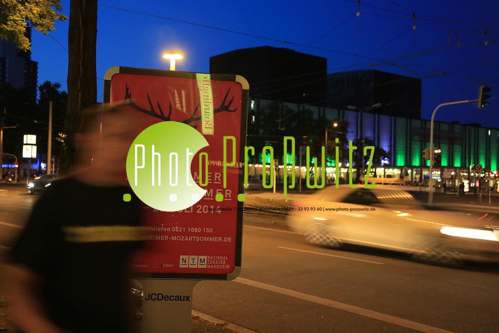 Mannheim. 02.07.14 Nationaltheater bei Nacht.<br /> Mit Ank&uuml;ndigungsplakat zum Mozartsommer 2014<br /> Bild: Markus Pro&szlig;witz 02JUL14 / masterpress