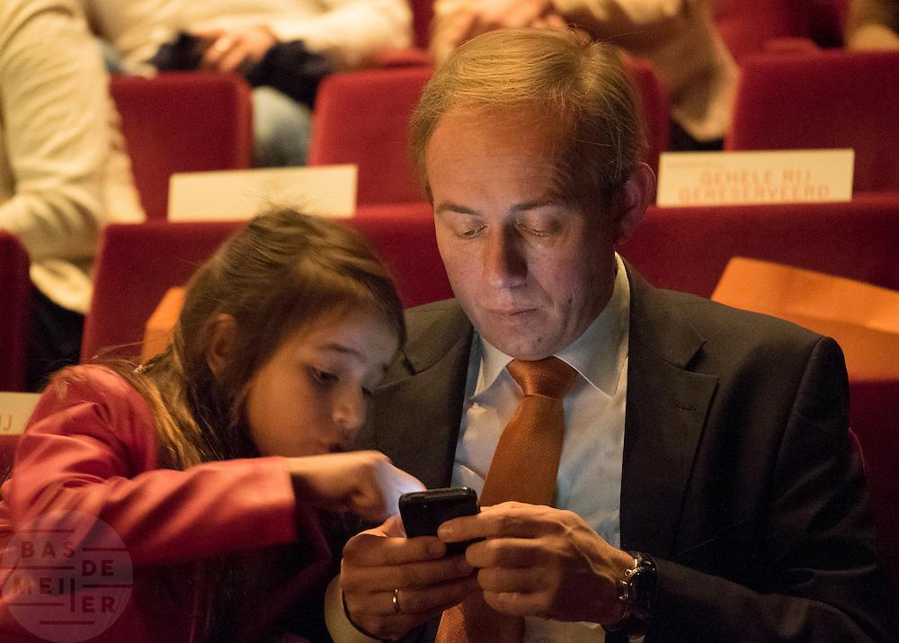 SGP voorman Kees van der Staaij kijkt samen met zijn dochter naar de mobiele telefoon. In Utrecht wordt de SGP Jongerendag gehouden. Tijdens de jongerendag wordt dit jaar het thema veiligheid behandeld. De SGP heeft de grootste politieke jongerenpartij van Nederland.