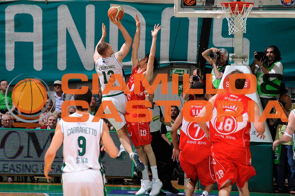 DESCRIZIONE : Siena Lega A 2008-09 Playoff Finale Gara 2 Montepaschi Siena Armani Jeans Milano<br /> GIOCATORE : Rimantas Kaukenas<br /> SQUADRA : Montepaschi Siena<br /> EVENTO : Campionato Lega A 2008-2009 <br /> GARA : Montepaschi Siena Armani Jeans Milano<br /> DATA : 12/06/2009<br /> CATEGORIA : tiro <br /> SPORT : Pallacanestro <br /> AUTORE : Agenzia Ciamillo-Castoria/G.Ciamillo