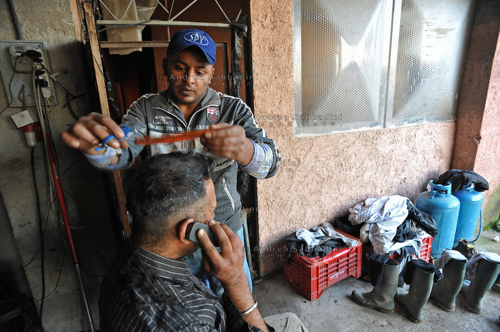 Aprilia (LT), 04/02/2011: Indiani Sikh originari del Punjab, taglio di capelli - Indian Sikhs native of Punjab, haircut