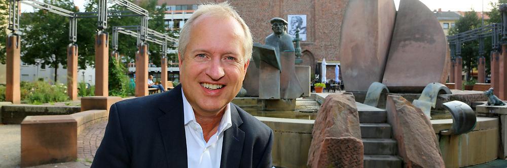 Ludwigshafen. 25.08.17 | Dr. Peter Uebel.<br /> Innenstadt. Lutherplatz. Kandidat der CDU zur Oberb&uuml;rgermeisterwahl in Ludwigshafen Dr. Peter Uebel.<br /> <br /> <br /> BILD- ID 1009 |<br /> Bild: Markus Prosswitz 25AUG17 / masterpress (Bild ist honorarpflichtig - No Model Release!)