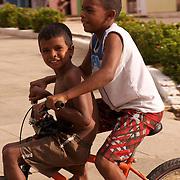 Les enfants jouissent d'une vie simple et libre dans un environnement préservé///The children enjoy a simple and free life in a preserved environment.