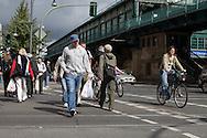 Germany. Berlin. Kastanienallee, trendy area in east Berlin. Eberswalderstrasse metro  / Kastanienallee, quartier a la mode de Berlin Est. Eberswalderstrasse metro  Berlin - Allemagne