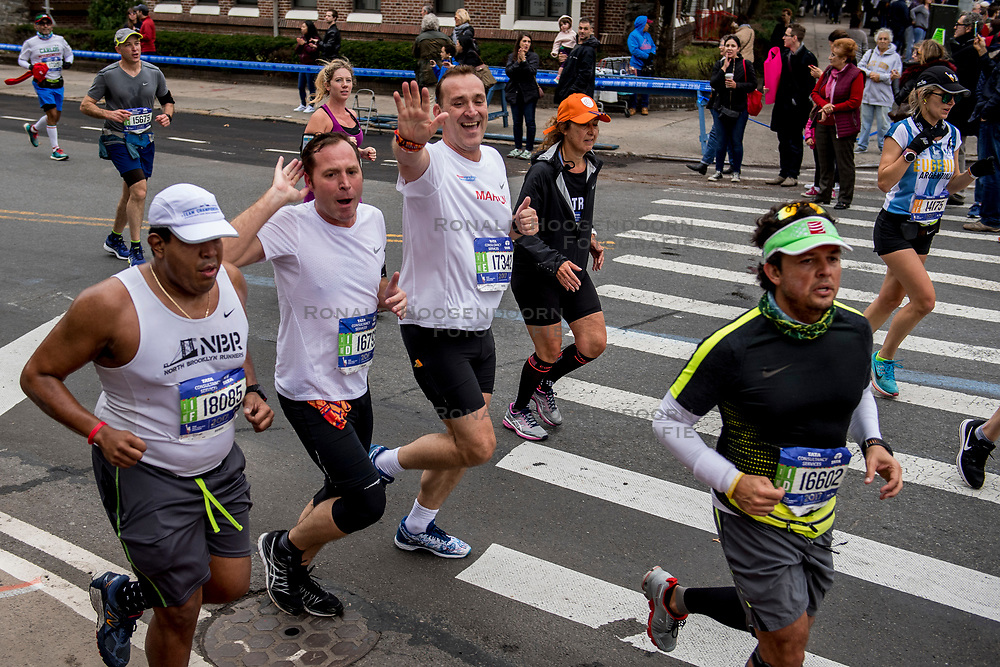 05-11-2017 USA: NYC Marathon We Run 2 Change Diabetes day 3, New York<br /> De dag van de marathon, 42 km en 195 meter door de straten van Staten Island, Brooklyn, Queens, The Bronx en Manhattan / Bob en Martijn