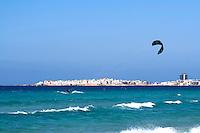 Kite surf sulla spiaggia di Baia Verde, Gallipoli (LE). Sullo sfondo la città di Gallipoli e il faro di S.Andrea