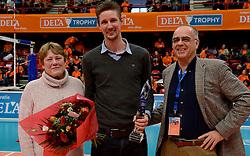 29-12-2013 VOLLEYBAL: DELA TROPHY UITREIKING INGRID VISSER AWARD: DEN BOSCH<br /> Volleybalkrant organiseerde de beste volleyballer en volleybalster 2013. De award die zij uitreikten kreeg een nieuwe naam - Ingrid Visser Award. De award, uitgereikt door de moeder van Ingrid Visser,  ging naar Joppe Paulides. Rechts Edzo Doeve.<br /> &copy;2013-FotoHoogendoorn.nl