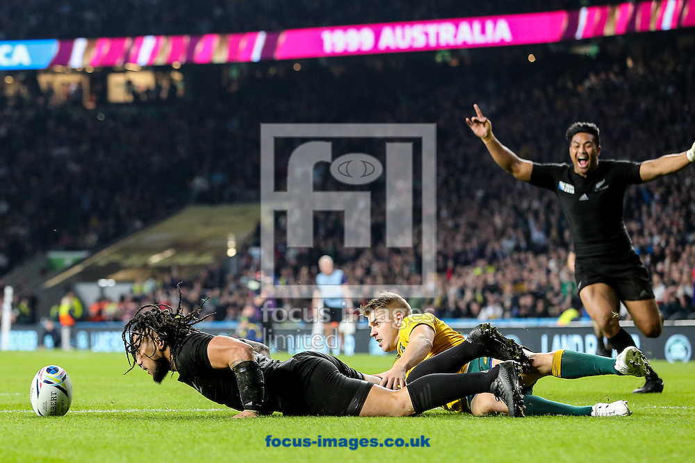 Ma'a Nonu of New Zealand (left) scoring a try under pressure from Drew Mitchell of Australia (centre) during the final of the 2015 Rugby World Cup at Twickenham Stadium, Twickenham<br /> Picture by Andy Kearns/Focus Images Ltd 0781 864 4264<br /> 31/10/2015