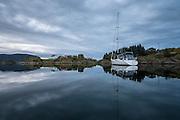 Sailboat has dropped anchor in idyllic fjord in Norway | Seilbåten Julia Bryn ligger i idylliske omgivelser ved Herøya i Herøyfjorden.