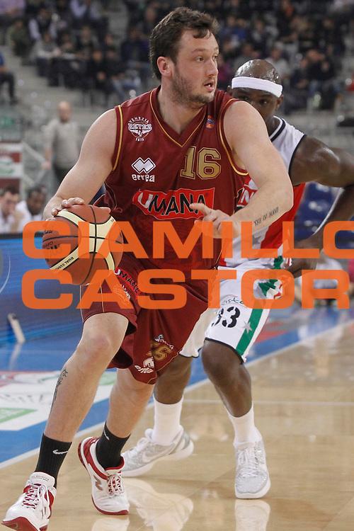 DESCRIZIONE : Torino Coppa Italia Final Eight 2012 Quarto di Finale Scavolini Siviglia Pesaro Umana Venezia<br /> GIOCATORE : Guido Rosselli<br /> SQUADRA : Umana Venezia<br /> EVENTO : Suisse Gas Basket Coppa Italia Final Eight 2012<br /> GARA : Scavolini Siviglia Pesaro Umana Venezia<br /> DATA : 17/02/2012<br /> CATEGORIA : palleggio<br /> SPORT : Pallacanestro<br /> AUTORE : Agenzia Ciamillo-Castoria/P.Lazzeroni<br /> Galleria : Final Eight Coppa Italia 2012<br /> Fotonotizia : Torino Coppa Italia Final Eight 2012 Quarto di Finale Scavolini Siviglia Pesaro Umana Venezia<br /> Predefinita :