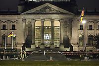 22 JUL 2005, BERLIN/GERMANY:<br /> Mit einer Plane abgedecktes Wrack eine Leichtbaufliegers, der vor dem Reichstagsgebaeude abgestuerzt ist, Platz der Republik<br /> IMAGE: 20050722-03-005<br /> KEYWORDS: Absturz, Deutscher Bundestag