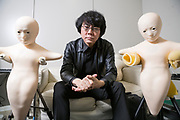 Professor Hiroshi Ishiguro bredvid tv&aring; robotar som kallas &ldquo;Telenoid&rdquo;. Osaka University, Japan<br />