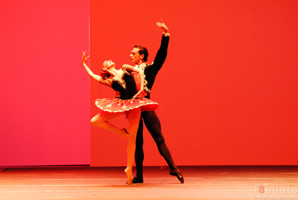 The spanish dancers Laura Hormigón y Oscar Torrado during a performance in the First Dance Festival Ibérica Contemporánea, Querétaro, México, 2007