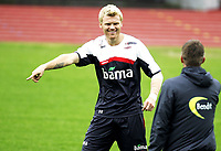 Fotball<br /> Landslaget Norge herrer<br /> 02.09.09<br /> Nadderud Stadion<br /> Trening før kamp mot Island<br /> John Arne Riise med Kjetil Wæhler<br /> Foto - Kasper Wikestad