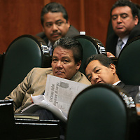 Toluca, Mex.- Los diputados Domitilo Posadas e Higinio Martínez Miranda, del PRD, conversan durante la sesión solemne de instalacion del IV periodo ordinario de sesiones. Agencia MVT / Mario Vazquez de la Torre. (DIGITAL)<br /> <br /> <br /> <br /> NO ARCHIVAR - NO ARCHIVE