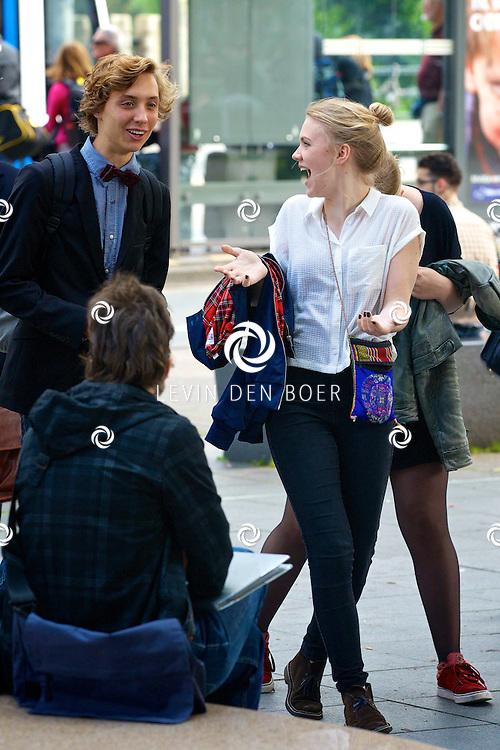 AMSTERDAM - Op het Leidseplein liepen diversen bekende Nederlanders naar het gala van de Rembrandt Awards 2014. Met hier op de foto  Nils Verkooijen en Hanna Obbeek. FOTO LEVIN DEN BOER - PERSFOTO.NU