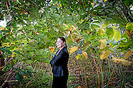 TEXEL - portret van Karina Wolkers, de 68-jarige weduwe van schrijver en beeldend kunstenaar Jan Wolkers in haar achtertuin in den Burg COPYRIGHT ROBIN UTRECHT
