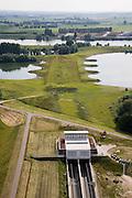 Nederland, Gelderland, Kandia, 28-06-2006; Betuweroute met dienstgebouw van de tunnel Pannerdensch kanaal, in Westelijke richting, Neder-Rijn in de achtergrond, in de voorgrond beschermd natuurgebied Kandia (met zeldzame padden oorspronkelijk zou hier een brug komen maar om het natuurreservaat en stiltegebied te ontzien is er een tunnel geboord; boortunnel, Betuwelijn, democratie, inspraak, rivierdijk, landschap, milieu, transport, verkeer en vervoer, planologie, geluidsoverlast, spoorbrug; zie ook (lucht)foto's van deze lokatie; deel van de serie Panorama Nederland luchtfoto (toeslag aerial photo (additional fee required .foto Siebe Swart / photo Siebe Swart