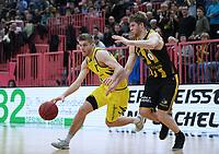 Basketball  1. Bundesliga  2017/2018  Hauptrunde  16. Spieltag  30.12.2017 Walter Tigers Tuebingen - MHP RIESEN Ludwigsburg Mathis Moenninghoff (li, Tigers) gegen Thomas Walkup (re, Ludwigsburg)