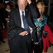 NLD/Amsterdam/20060409 -  Première Black Pinocchio, Ary Haspels kamt zijn haar en partner Cecile Kenters, koninklijke gynacoloog