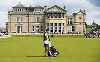 ST. ANDREWS -Schotland-GOLF. Old Course. Caddie voor clubhuis . COPYRIGHT KOEN SUYK
