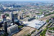 Nederland, Zuid-Holland, Rotterdam, 10-06-2015; dak, perron en sporen van het gerenoveerde en volkomen vernieuwde station van Rottterdam, Rotterdam CS. Achter het station het Groothandelsgebouw. Voorgrond Provenierswijk. Het spoorwegstation, bijnaam De Kapsalon is ontworpen door Benthem Crouwel Architekten.   <br /> The roof of the completely renovated railway station Rottterdam, Rotterdam Central (Benthem Crouwel architects) and is nicknamed The Hair Salon. <br /> luchtfoto (toeslag op standard tarieven);<br /> aerial photo (additional fee required);<br /> copyright foto/photo Siebe Swart