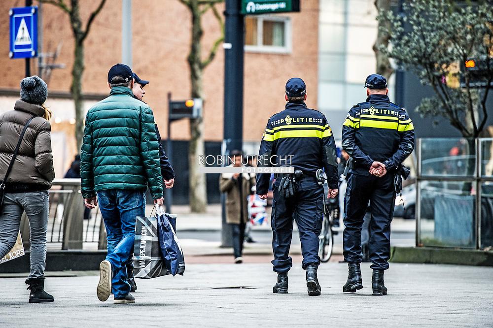 ROTTERDAM - Politie agenten surveilleren door het centrum van Rotterdam . COPYRIGHT ROBIN UTRECHT